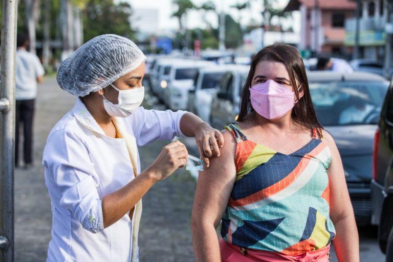 Professores comemoram início da vacinação do grupo contra Covid em Maranguape
